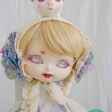 У Pink Vetch продается девочка Midori и малая королевская летающая свинья Voador