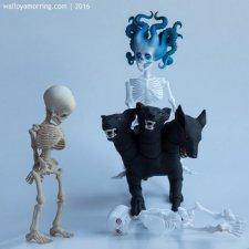 У Walloya Morring новая кукла - шарнирный скелет