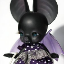 Charles' Creature Cabinet продают Batty Boo