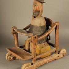 Механическая деревянная игрушка, изображающая еврея раввина в кресле с открытой книгой