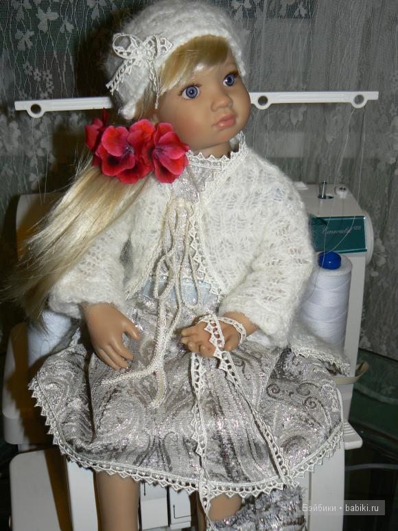 Платье из парчи, кофточка из вязаной ткани, шапочка и сумочка для куклы Марты.