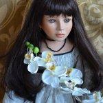 Фарфоровая кукла Равен с веткой орхидеи от Angela McNeely, Ruby Doll Collection