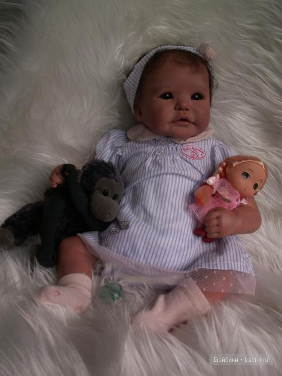 девочка Дианочка,игрушки,обезьянки