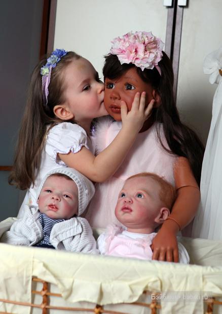 А это моя доченька Алиса с куколками