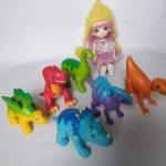 Очень много разных маленьких игрушек, собаки, динозавры, роблокс, тигры, жираф и др.