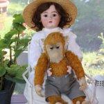 Большая антикварная кукла SH/KR 77 cm на кресле c антик обезьянкой