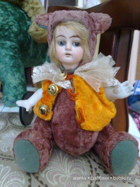 Вот такая замечательная двуликая игрушка. С одной стороны головка куколки, с другой  - мишки. Очень интересное решение.