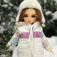 Кира катается на сноуборде воскресным утром