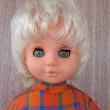 Кукла ГДР с цифрами в волосах и родной одежде.