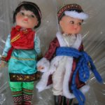 Пара кукол в национальных нарядах.