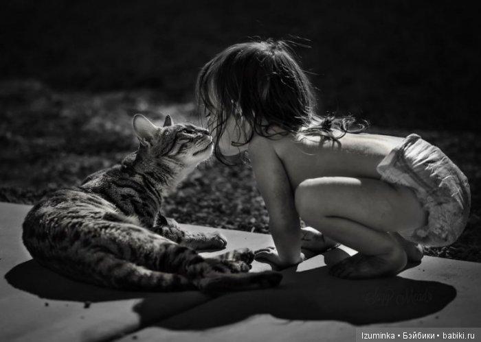 Ребенок и кошка.