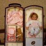 Кукла в чемоданчике от Lee Middleton