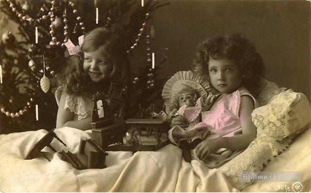 В постли с куклами