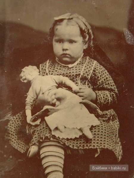 Простая девочка , пухляшка с куклой