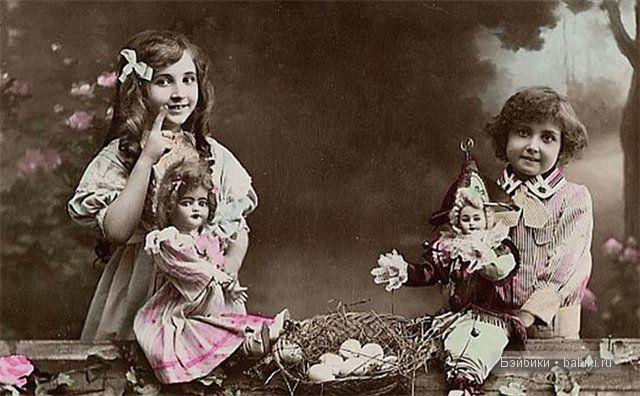 две девочки с куклами, фото горизонт, серый цвет