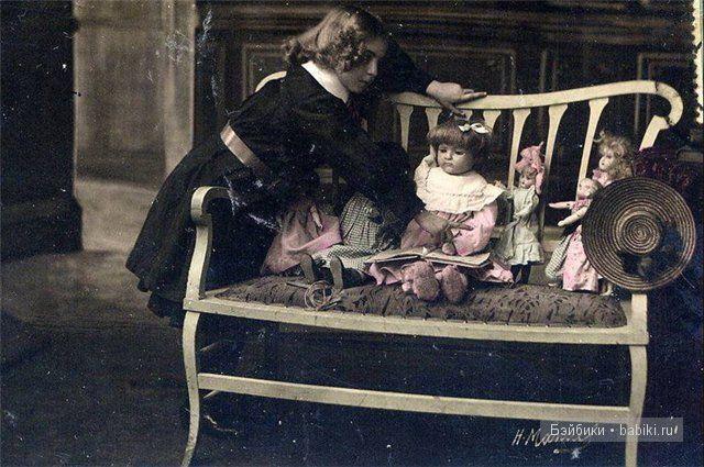 Рассаживает кукол