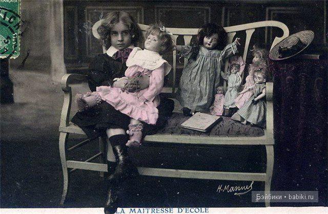 Сидит с куклами