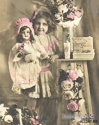 Много кукол, девочка стоит, этажерка