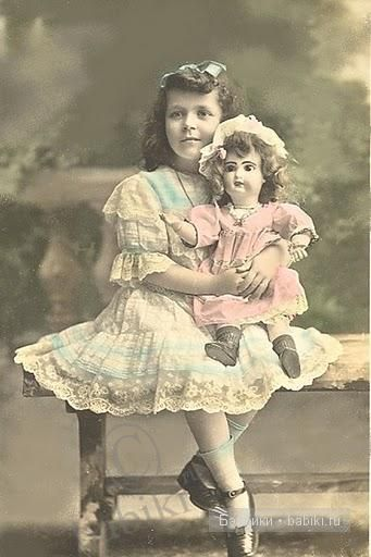 Радостная, с куклой, на скамье