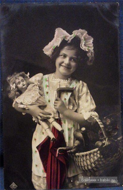 С куклой, малиновый цвет