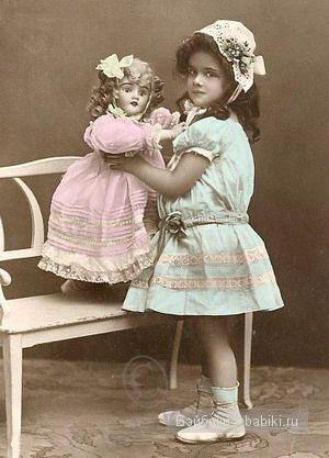 Голубое-розовое, полоборот, кукла на лавочке
