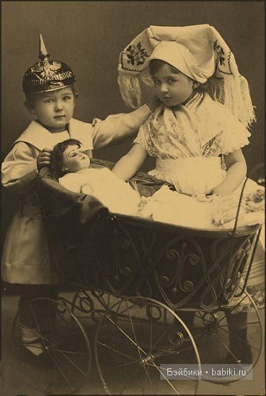 Девочка и мальчик, коляска