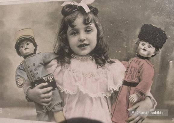 Девочка с куклами-солдатами