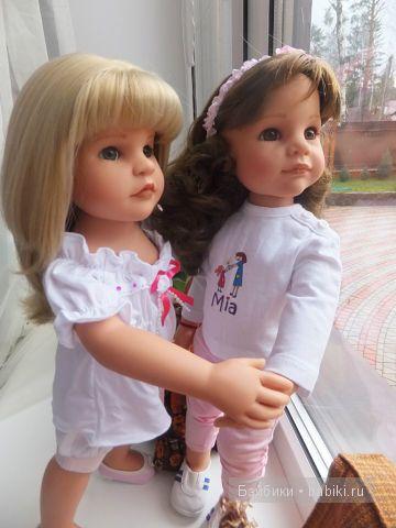 Лера  и Эстель на окне