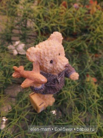 Медвежонок Пилот играет