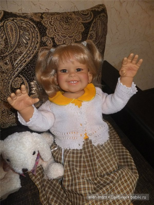 кресло, жёлтое платье, руки вверх, крупно