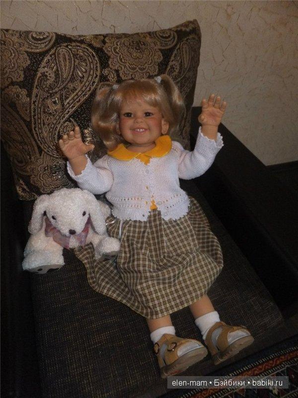 кресло, жёлтое платье, руки вверх, мельче
