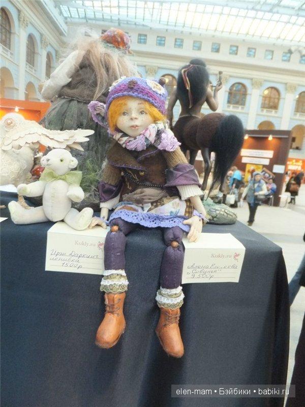 кукла, бусины в коленках