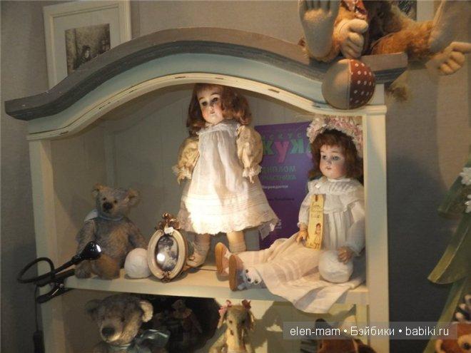 старинные куклы на полке 2