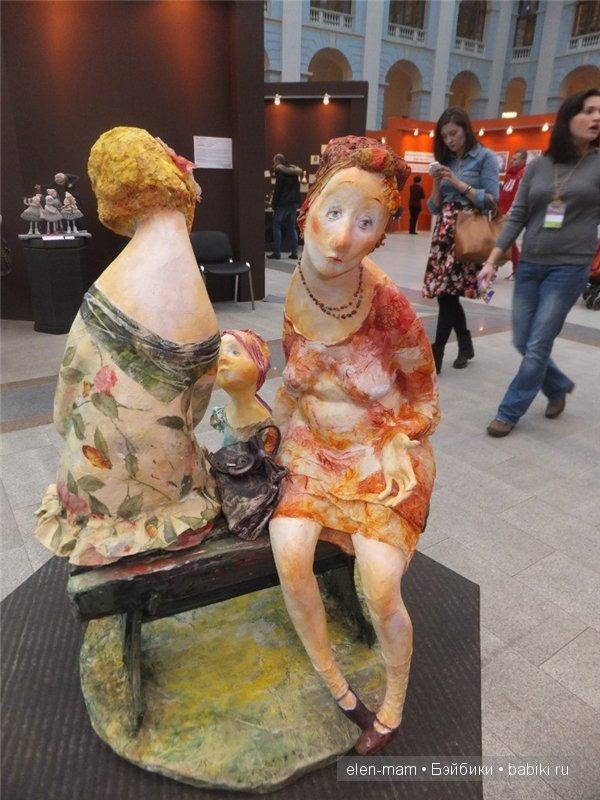 фигурки(женщины с ребёнком на лавочке) 2