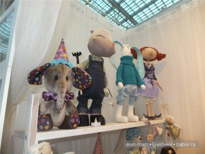 игрушки на полке (впереди слон)