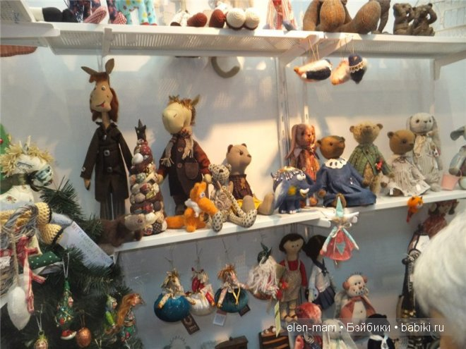много игрушек на полке