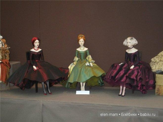 стенд (в кокошниках и несколько девушек), три девушки