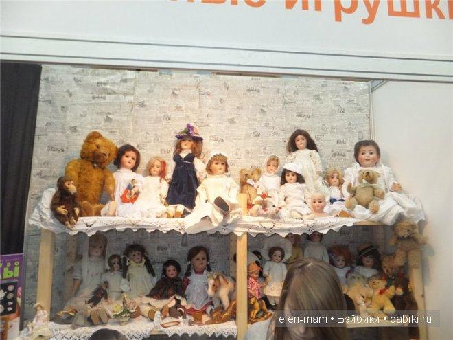 старинные куклы на полке