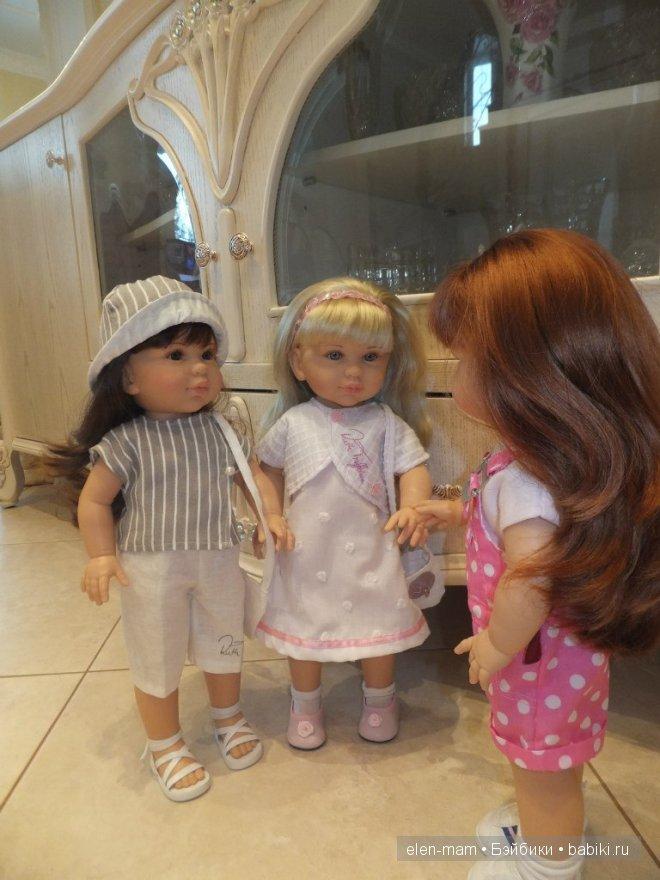 Андреа приветливо встретила своих сестричек