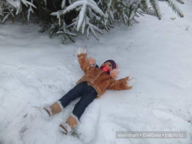 лежит в снегу