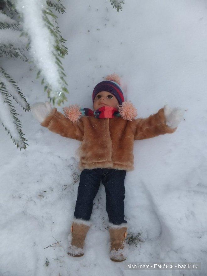 в снегу, лежит