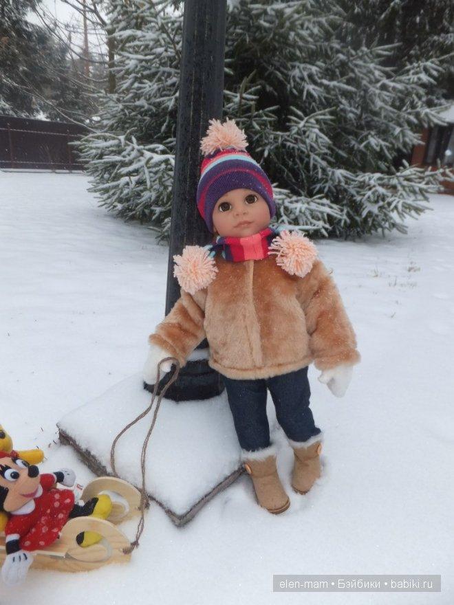 Алёна с игрушками около фонарика