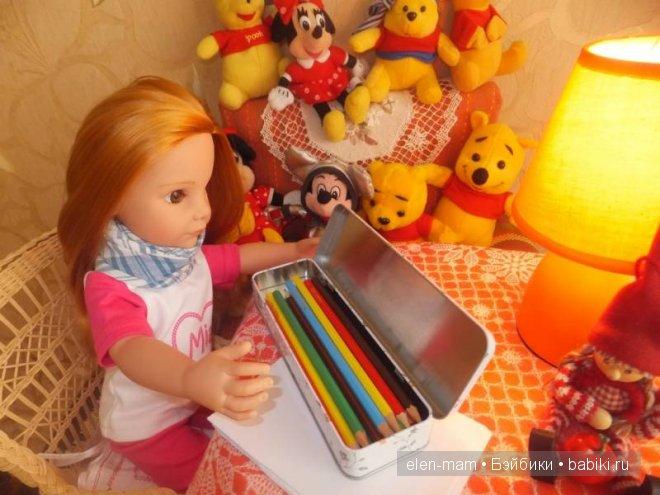 смотрела на коробку с карандашами...