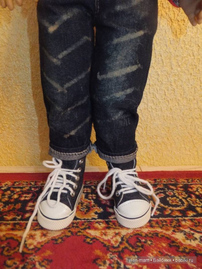 Детали: джинсы, кеды