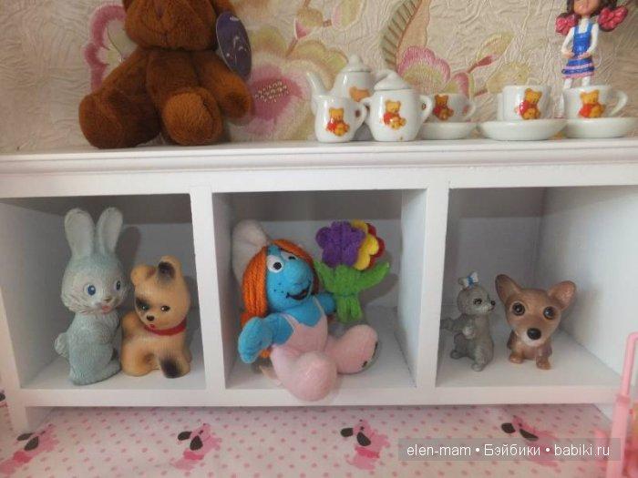 Полочка с игрушками