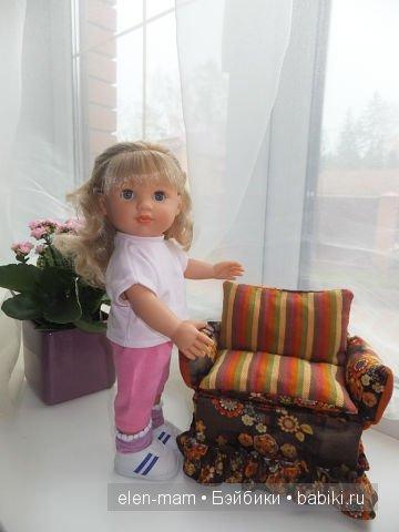 Мариэль около кресла