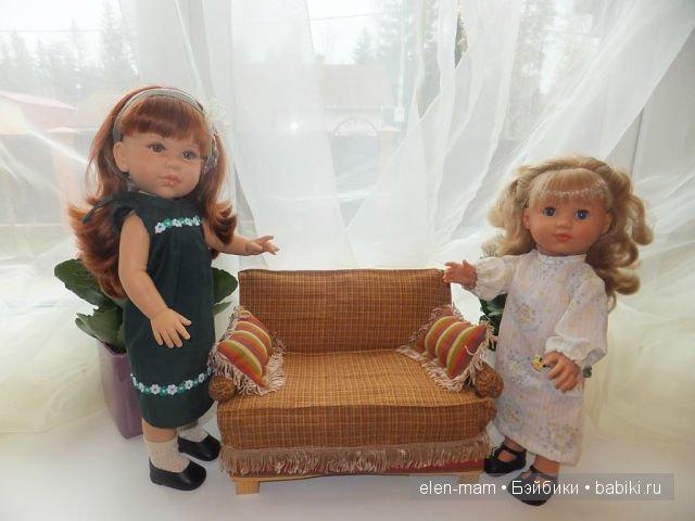 Андреа и Мариэль около диванчика