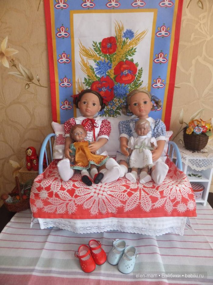 на кровати с куклами
