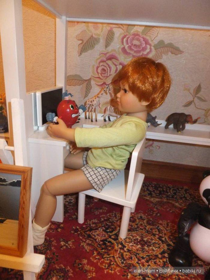 Ден с игрушкой в руках