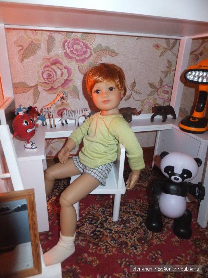 Ден рассматривает игрушки